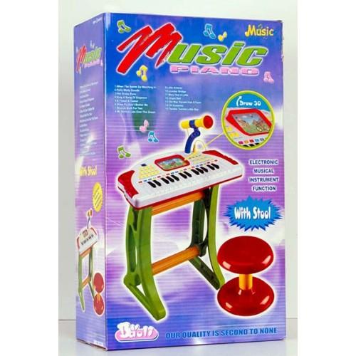 Пиано със столче и микрофон
